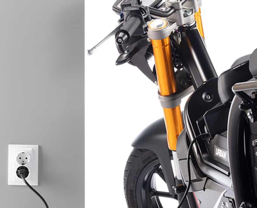 Nuuk moto eléctrica Gen Tracker cargando